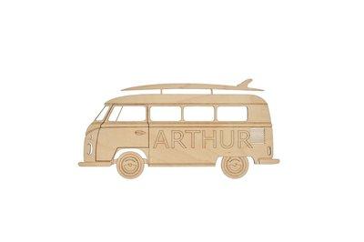 Houten naam decoratie VW T1 surfbus. Je kan kiezen uit verschillende voornamen van jongens. Bv. Arthur, Daan, lucas, Noah, Liam