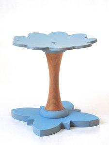Pastel blauw meubels voor de babykamer en kinderkamer. Houten kinderkrukje voor meer natuur op de slaapkamer. De meest stijlvol