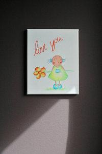 Rube & Rutje canvas, Rutje Love you. Muurdecoratie babykamer meisje. Een vrolijk Rutje in haar nieuw geel kleedje met een p