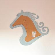 Kinderkamer accessoires: dierenkop prikbord paard. Licht blauwe decoratie voor je kinderkamer muur.